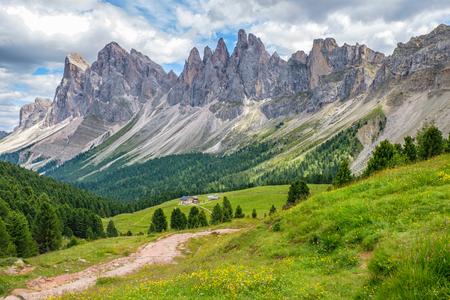 Bella valle di montagna alpina nelle Dolomiti Archivio Fotografico