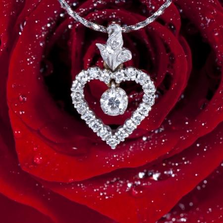 coeur diamant: Pendentif diamant en forme de coeur avec une rose rouge de fond
