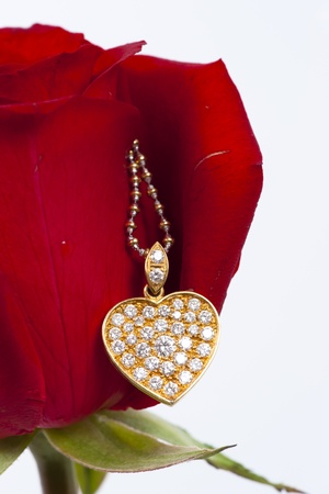 coeur diamant: Pendentif diamant en forme de c?ur et de rose rouge Banque d'images