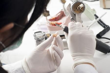 zatkanie: Technik dentystyczny praca z artykulatorze w laboratorium dentystycznym Zdjęcie Seryjne
