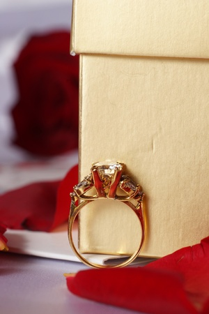 mariage: Golden diamond ring with gift box and red rose on with satin background