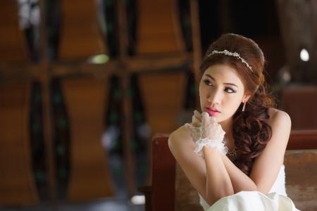 cabello casta�o claro: Se�ora asi�tica joven en traje de novia blanco