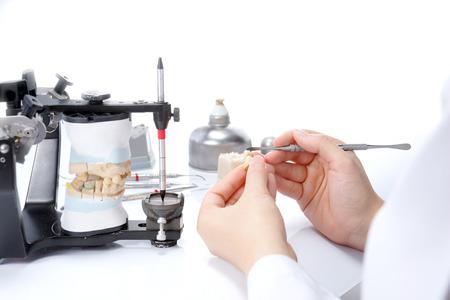 dentier: Technicien dentaire travailler avec articulateur dans le laboratoire dentaire Banque d'images