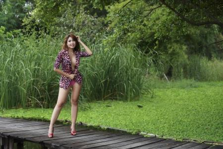 Belle fille sexy asiatique posant topless extérieur Banque d'images - 24113249