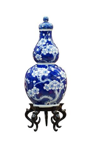 Antico vaso blu e bianco cinese, di qualità del museo su supporto in legno, isolato su sfondo bianco Archivio Fotografico - 28071406