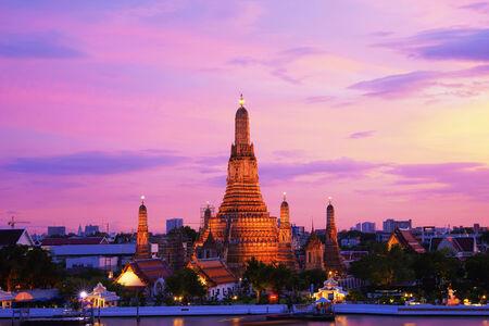 Twilight time of Wat Arun across Chao Phraya River during sunset in Bangkok, Thailand Stock fotó