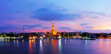 Panorama view of Twilight time Wat Arun across Chao Phraya River during sunset in Bangkok, Thailand Archivio Fotografico