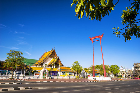 The giant swing (Sao Ching Cha) and Wat Suthat temple in Bangkok, Thailand, Sunny day cleare blue sky. Banco de Imagens