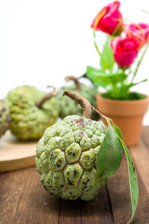sweetsop: Sugar Apple (crema di mele, Annona, sweetsop) sul tavolo in legno Archivio Fotografico