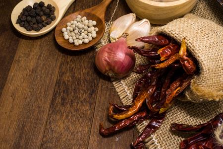 calor: El ajo, la cebolla, el pimiento, chile secos son los ingredientes de la comida picante Foto de archivo