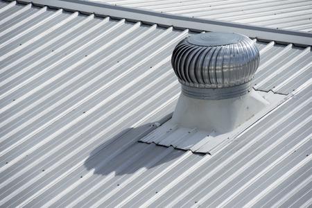 RVS uitlaat ventilator op de fabriek dak. Stockfoto - 44069293