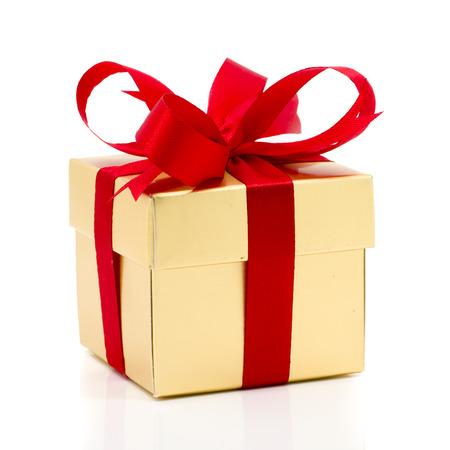Mooie gouden huidige doos met rode strik en linten op witte achtergrondkleur