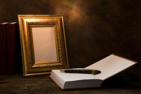 pluma de escribir antigua: bodegón de marco de imagen en el vector con el libro diario. Foto de archivo