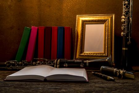 clarinet: La naturaleza muerta de marco en la mesa de madera con el clarinete. Foto de archivo
