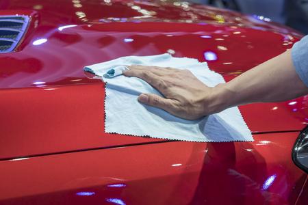 Mão com o carro de limpeza pano de microfibra.