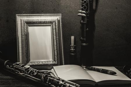 clarinete: La naturaleza muerta de marco en la mesa de madera con el clarinete. Foto de archivo
