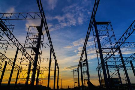 infraestructura: Silueta de construcción de hierro en el momento de la puesta del sol. trabajador vacío. Foto de archivo