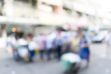 empleados trabajando: Imagen borrosa de trabajador empuja el carrito con los productos abajo en la calle para el uso del fondo.