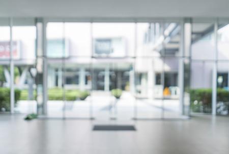 Imagen borrosa de la puerta de entrada del edificio moderno fondo para su uso