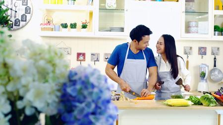 Junge Reizende Paare Die Zusammen In Der Modernen Kuche