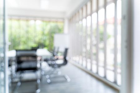 Immagine sfocata della sala riunioni nell'ufficio moderno - ideale per lo sfondo della presentazione.