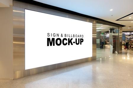 Mock up grande tabellone per le affissioni con percorso di ritaglio nel corridoio, schermo bianco prospettico spazio vuoto per la pubblicità sul muro vicino alla passerella nel centro commerciale Archivio Fotografico