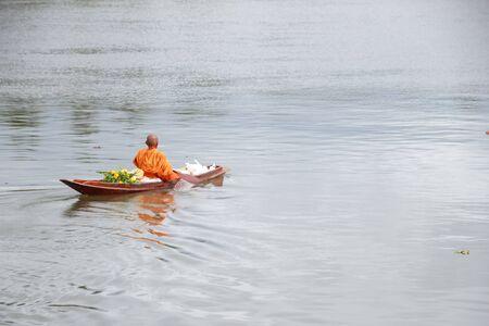 I monaci furono traghettati per elemosinare cibo la mattina in barca Archivio Fotografico