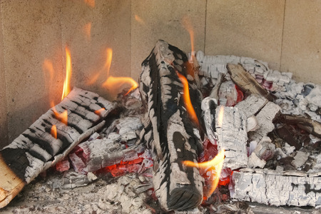 wood burns in the fireplace Standard-Bild