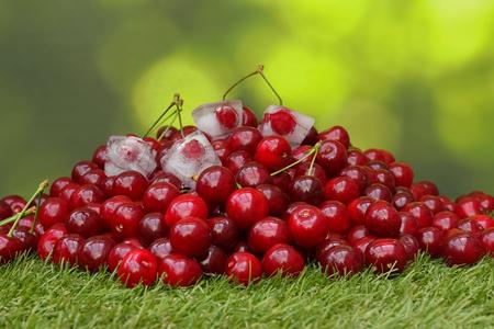 cherries in grass with ice cubes Zdjęcie Seryjne