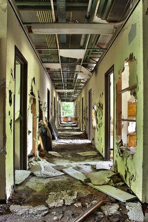 Couloir complètement détruit dans un bâtiment abandonné - traitement HDR Banque d'images