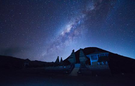 De zomer Melkweg stijgt boven de Observatory MacDonald in de buurt van Fort Davis, Texas.