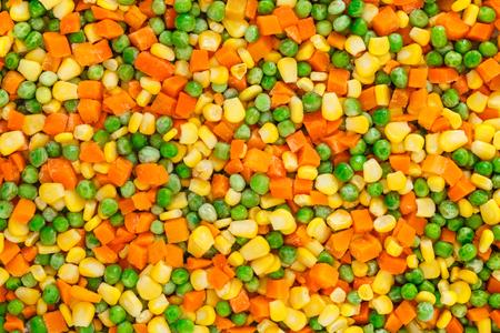 picada: Fondo congelado de verduras picadas con la zanahoria, maíz y guisantes. Foto de archivo