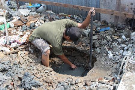 prospector: Hombre cavar un poste.