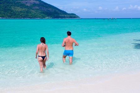 persone relax: persone a rilassarsi in mare
