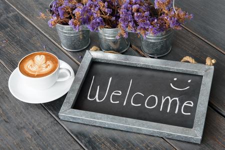 RECEPCIÓN madera marco de la vendimia junto a la taza de café