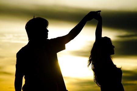 donna innamorata: Silhouette di ballo di coppia  Archivio Fotografico