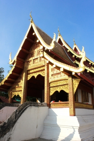 vihar: Wat Phra Singh Woramahaviharn is a Buddhist temple in Chiang Mai, Northern Thailand. King Ananda Mahidol, the older brother of the present King Bhumibol Adulyadej, bestowed it the status of Royal temple of the first grade in 1935. Stock Photo
