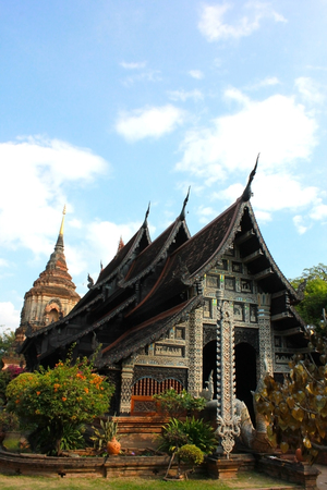 buddhist structures: Wat Lok Moli is a Buddhist temple (Thai language:Wat) in Chiang Mai, northern Thailand. The temple is situated on the north side of the north moat surrounding the old part of the city, about 400 meters west of the Chang Phuak city gate.
