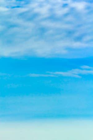 cielo despejado: Cielo azul, fondo de cielo azul con peque�a nube. Foto de archivo