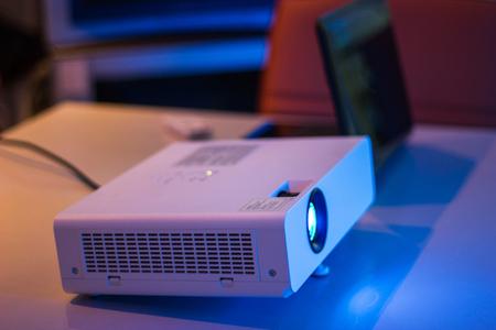 projector voor presentatie in een vergaderzaal met laptop achtergrond Stockfoto