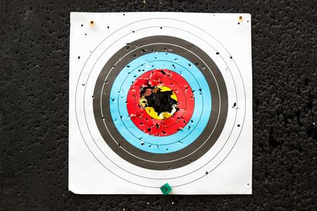 l'obiettivo per praticare tiro con l'arco all'aperto con buchi Archivio Fotografico
