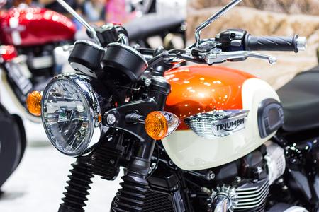 """Bangkok Thaïlande - 2 décembre 2017: Détail des pièces de la moto de phare Triumph """"Bonneville T120"""" à la Thailand International Motor Expo 2017"""