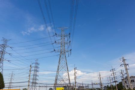 Hochspannungsmasten, Fotografie - mit himmelblauem Hintergrund
