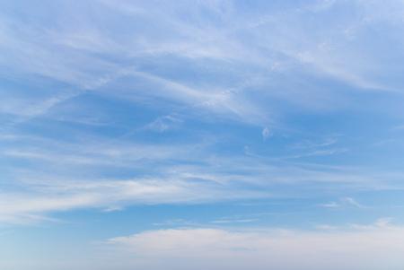 Przezroczyste błękitne niebo z chmurami i klimatycznym popołudniem.