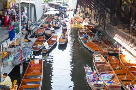 Mercado flotante Damnoen Saduak, Tailandia: - 18 de mayo de 2019: - Este es un mercado flotante en Tailandia y tome un bote y luego haga un gran recorrido en el mercado flotante Damnoen Saduak, Tailandia Editorial
