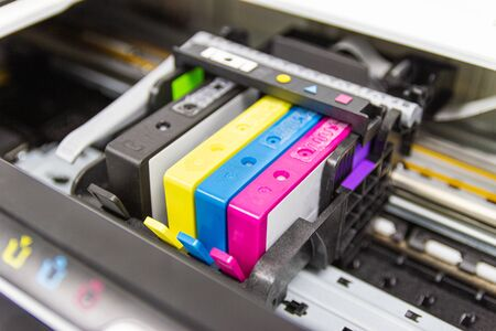 Nahaufnahme Farbdrucker Tintenstrahlpatrone des Druckers injizieren in