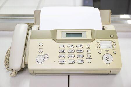 Das Faxgerät zum Versenden von Dokumenten im Bürokonzept Ausstattung im Büro Standard-Bild