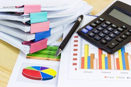 Business Paper Graphs Taschenrechner Bleistift mit Diagrammen Bericht, Konzept Finanzplanung, Konzepte Geschäft und Kosten. Standard-Bild