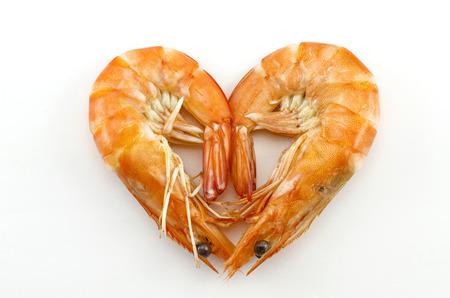 silhouette coeur: Crevettes cuites isol� sur blanc avec forme de coeur