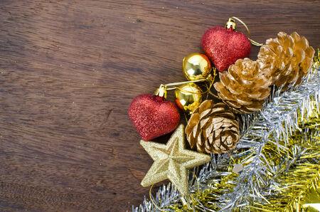 pomme de pin: C�ne de pin d�coration de No�l sur le plancher en bois Banque d'images